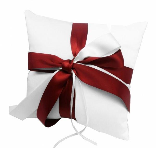 Weißes Ringkissen mit roter Schleife